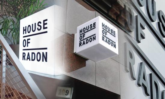 House of Radon - Minimalistisk ljuslåda - akryl med utskuren svart logotyp